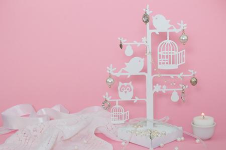 Baby-rosa Einladung Hintergrund mit Kerze und Charme