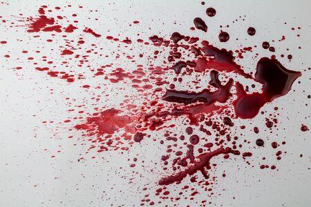 흰색 배경에 - 산산조각이 나고 혈액 얼룩 사진