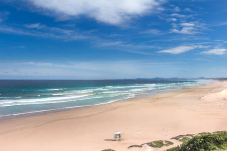 Panorama view over the Maitland mouth empty beach near Port Elizabeth on a summer morning, clean and blue water and sky.It has a huge beach and in the background you can see towards Jeffreys Bay and St Frances Bay in the Eastern Cape South Africa Banque d'images