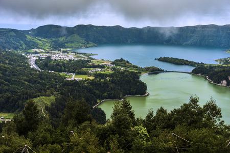 Lagoa Verde and Lagoa Azul, two adjacent lakes in a volcanic crater called Sete Cidades. In Sao Miguel island Portuguese Azores archipelago. Europe Standard-Bild