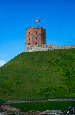 Vilnius, Lituanie - 14 août 2017: Tour Gediminas (les premières fortifications en bois ont été construites par Gediminas, Grand Duc de Lituanie, le premier château en briques a été achevé en 1409 par le Grand Duc Vytautas, la tour de trois étages a été reconstruite en 1930 par Poli Banque d'images - 87318458