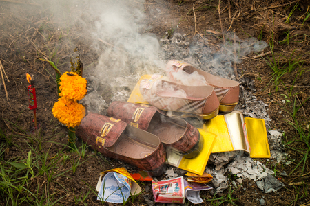 Burning gold, silver and others paper for predecessor who have passed away on Chen-Meng festival. Stockfoto