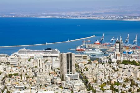 paisaje mediterraneo: Vista desde el Monte Carmelo hasta el puerto de Haifa, en Israel y soleado paisaje mediterr�neo