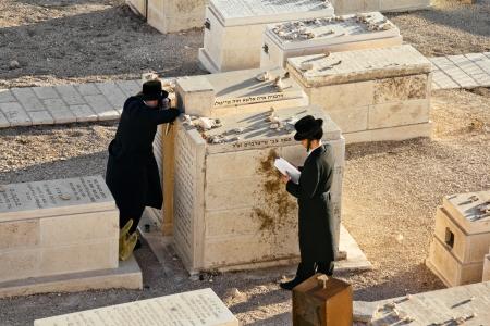 mount of olives: Jews pray at the graves of ancestors on the Mount of olives in Jerusalem