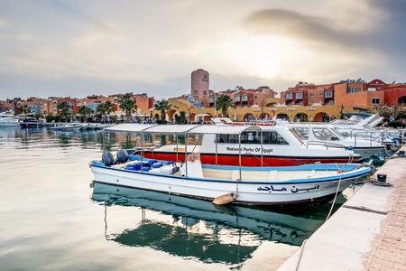 ported: Yates atracados en el puerto de Hurghada, Hurghada Marina al atardecer frente a la mezquita, 15 de abril de 2014, Egipto Editorial