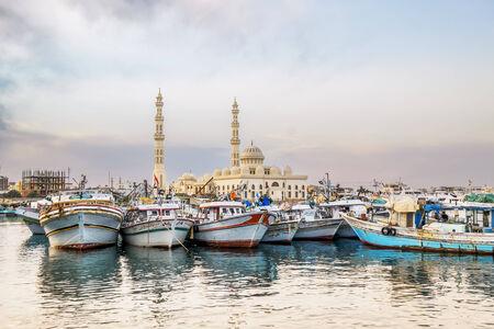 ported: Yates atracados en el puerto de Hurghada, Hurghada Marina al atardecer frente a la mezquita, a 15 de abril de 2014 Egipto
