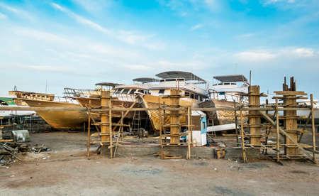 ported: Barcos antiguos est�n siendo reparados en la orilla en el puerto de Hurghada Egipto Foto de archivo