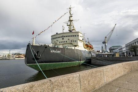 """luitenant: Ijsbreker """"Krasin"""" afgemeerd aan luitenant Schmidt dijk in Sint-Petersburg. Icebreaker Festival in Sint-Petersburg 3 mei 2014"""