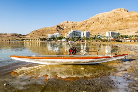 11 september: Barco a orillas del mar muerto en la madrugada, Israel, 11 de septiembre 2014