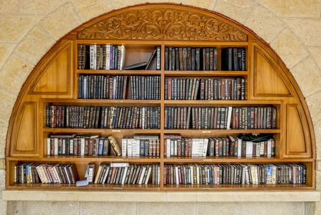 11 september: Estantes con libros religiosos cercanos al muro de las lamentaciones en Jerusal�n, Israel, 11 de septiembre 2014
