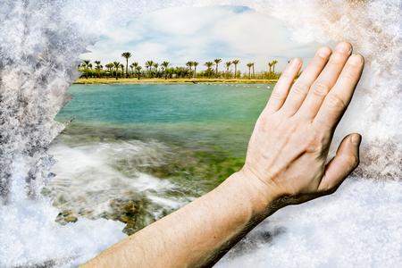 Hand rubs frosty pattern on glass 版權商用圖片