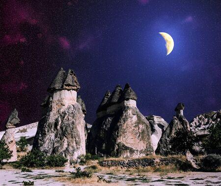 luz de luna: Formaciones rocosas volc�nicas de Capadocia bajo el cielo estrellado y la luna, Turqu�a