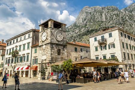 2015 년 6 월 6 일. 코 토르. 코 토르 (Kotor)의 구시 가지 광장에있는 시계탑. 몬테네그로 에디토리얼