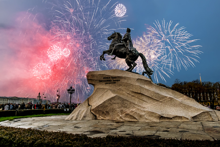 batallón: Saint-Petersburg.Russia.May 9, 2014. View of the bronze Horseman and the fireworks on victory day in Saint Petersburg Editorial