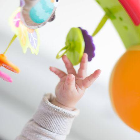 Glückliches neugeborenes Baby spielen Standard-Bild - 54733676