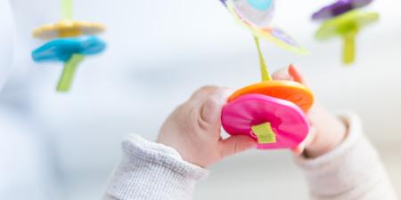 Gelukkig pasgeboren baby spelen, gezinsleven concepten