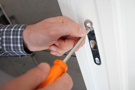 Hersteller die een deurslot, bouw en architectuurconcepten bevestigen