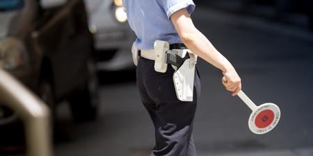 Verkehrspolizist arbeiten im Freien in den Verkehr Standard-Bild - 60502501