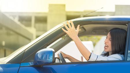 Wütend und angespannt Frau im Verkehr stecken geblieben Standard-Bild - 65052049