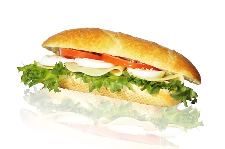 sandwich de pollo: s�ndwich con lechuga tomate queso y huevo aislado en blanco Foto de archivo