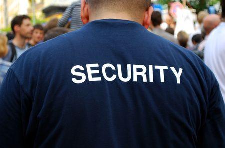 guardaespaldas: guardia de seguridad frente a una multitud de personas Foto de archivo