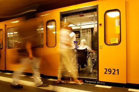 salud publica: pasajeros y una mujer en silla de ruedas en un tren de metro de Berl�n