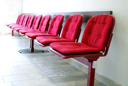 pacientes: rojo asientos en una fila de una sala de espera Foto de archivo