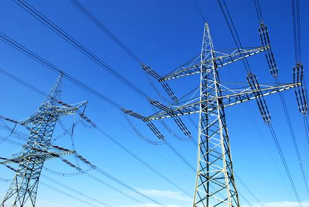 torres el�ctricas: dos torres en Fornt de cielo azul y algunas nubes