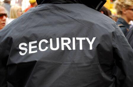 achterkant van de gurad van een beveiliging in zwarte uniform jas