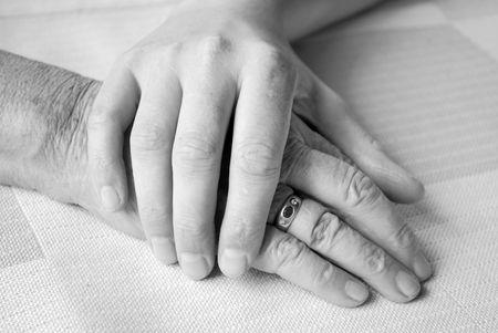 caring hands: gevende hand een verpleegkundige en een hogere patiënt  Stockfoto