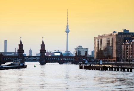 Oberbaumbrucke di Berlino con la Torre tv al tramonto Archivio Fotografico - 6837845