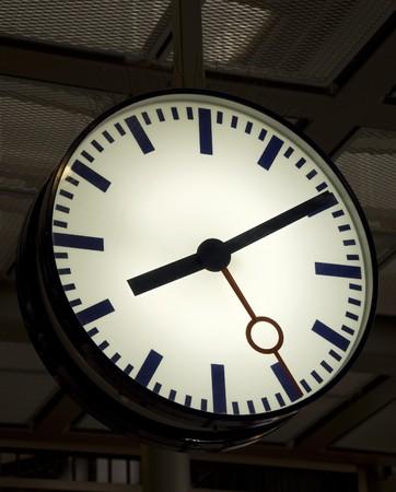 verlichte station klok in de avond  Stockfoto - 7026546