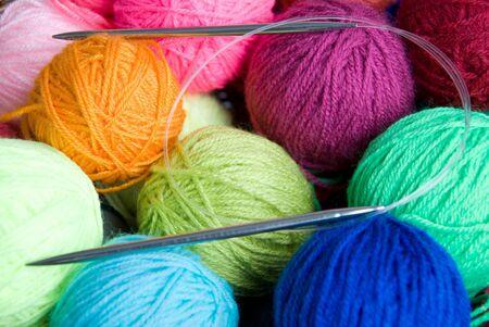gomitoli di lana: palline colorate di lana e rullini di maglieria