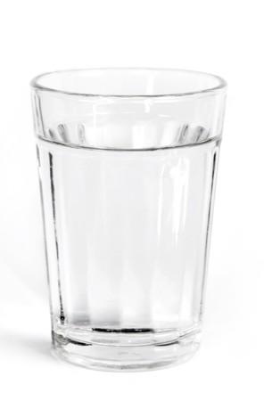 acqua vetro: fresca acqua fredda in un bicchiere con sfondo bianco