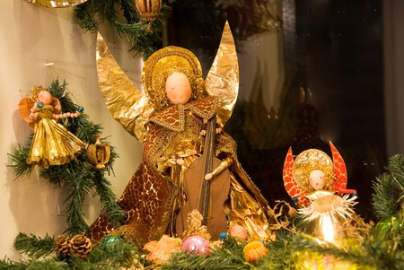 golden christmas angels in a christmas crib Standard-Bild