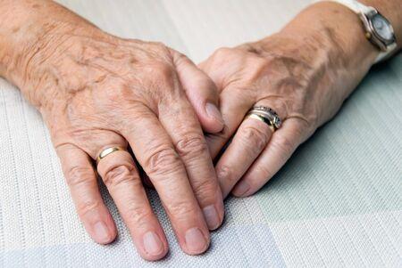 滑らかな光の中で高齢者の女性の手 写真素材