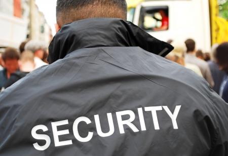 Guardia di sicurezza davanti alla folla  Archivio Fotografico - 8064532