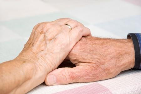 ホストファミリーに手を繋いでいる年配のカップル 写真素材
