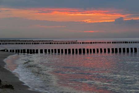 Orange Sonnenuntergang an der Ostsee-Küste-Deutschland Standard-Bild - 8719686
