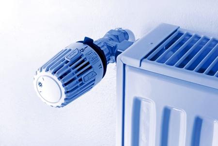 heizk�rper: Heizk�rper und Thermostat in blau Lichteffekt Lizenzfreie Bilder
