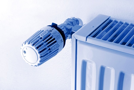 radiador: radiador y el termostato en efecto de luz azul Foto de archivo