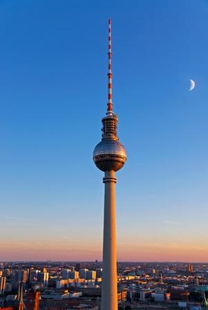 ベルリンのミッテ日没時テレビ塔 報道画像