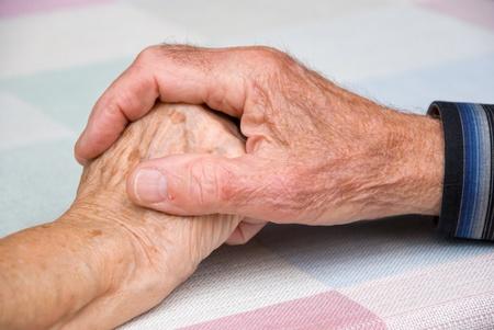 personnes âgées, main dans la main en atmosphère happy