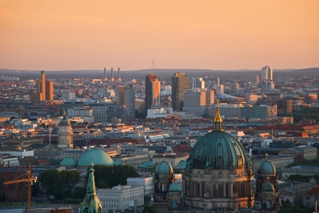 ポツダムとベルリンのベルリンのスカイラインの航空写真夜明けに dom