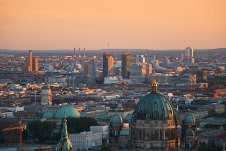 dom: image a�rienne de Berlin horizon avec la Potsdamer Platz et Berliner Dom, � l'aube