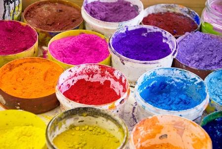 Vari colori di pigmento di artista in uno studio Archivio Fotografico - 9442092