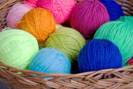 編みかごにウールのカラフルなボール 写真素材