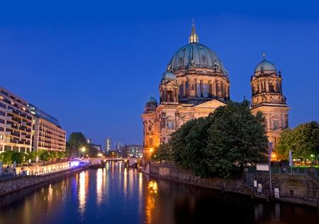 シュプレー川と深い青色の空と日没後ベルリン ドーム