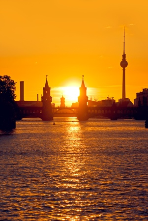 日没時のベルリンのクロイツベルクで oberabumbruecke 橋