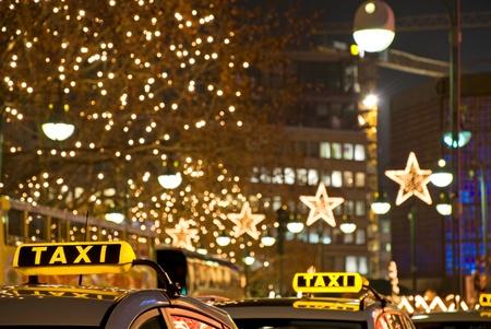 ベルリンの夜にドイツの黄色いタクシー サイン